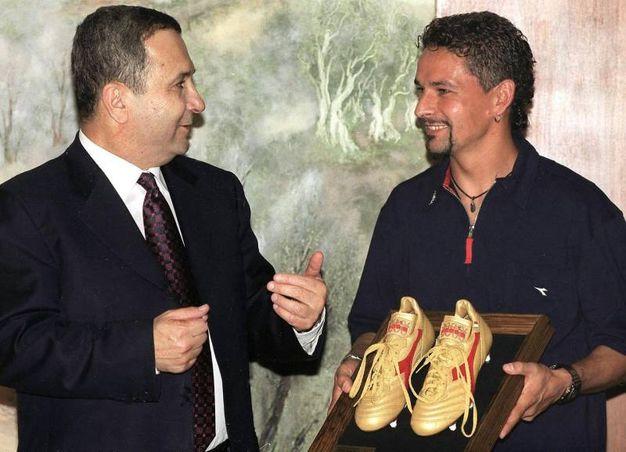 Ottobre 1999: Baggio regala le sue scarpe all'allora primo ministro israeliano Ehud Barak (Ansa)