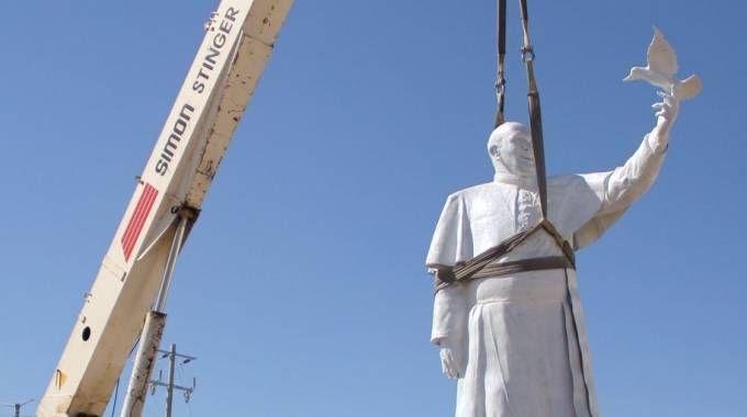 La statua di Papa Francesco a Ciudad Juarez, sul confine Messico-Usa (Afp)