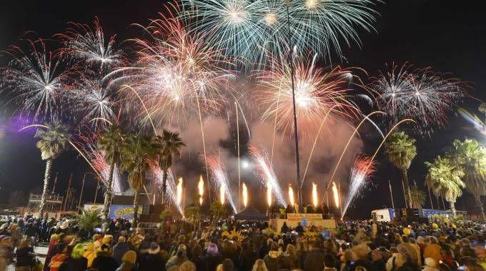 Il corso notturno del Carnevale di Viareggio (foto Umicini)