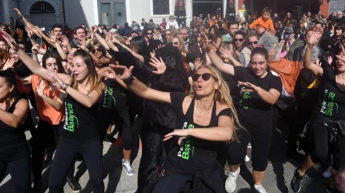 Il ballo in piazza per Gabbani (Foto Delia)