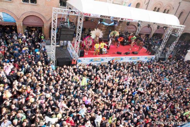 Carnevale di Cento, panoramica sulla piazza affollata (foto Gianfranco Nepitelli)