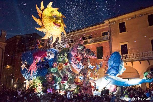 Carnevale di Cento, il sole sul carro (foto Gianfranco Nepitelli)