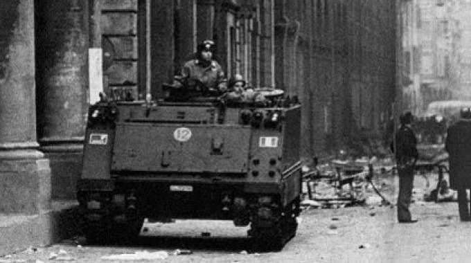 Bologna, 1977: un blindato a presidio in via Zamboni, nella zona universitaria