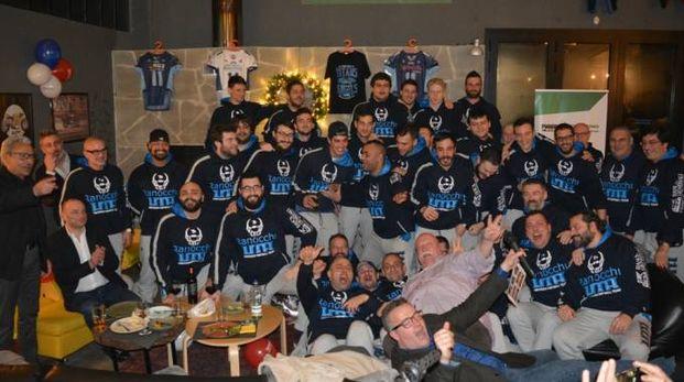 Il gruppo dei giocatori, coach, dirigenti e sponsor dei Ranocchi Uta
