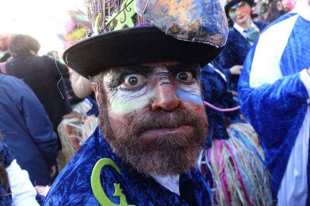 Il corso mascherato di domenica 26 a Viareggio (Foto Umicini)
