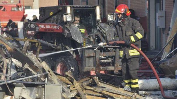 I vigili del fuoco al Macrolotto (foto Attalmi)