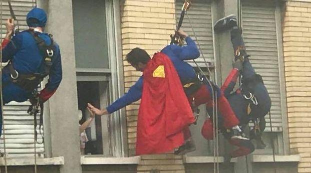 I supereroi si calano dal tetto dell'ospedale Bambin Gesù