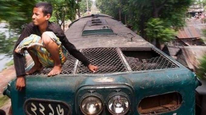 Nei Paesi più poveri si viaggia sul tetto dei treni. Ma là le linee non sono elettrificate