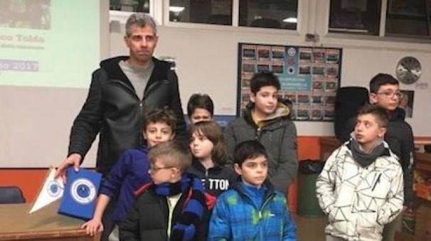 Francesco Toldo insieme ai baby giocatori della Rondinella