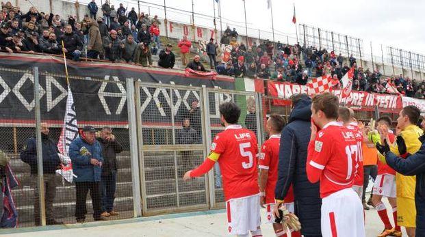 I giocatori del Varese salutano i tifosi