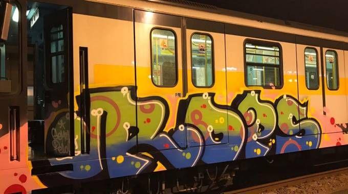 Un treno vandalizzato