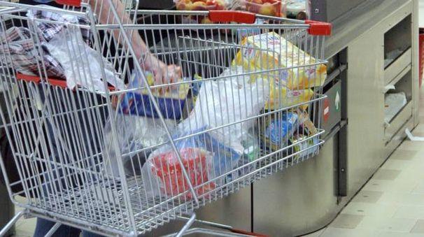 Spesa al supermercato in una foto d'archivio Crocchioni