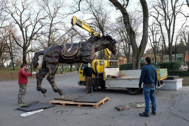 Cavallo con orologio molle, l'opera ai Giardini Margherita  (foto Schicchi)