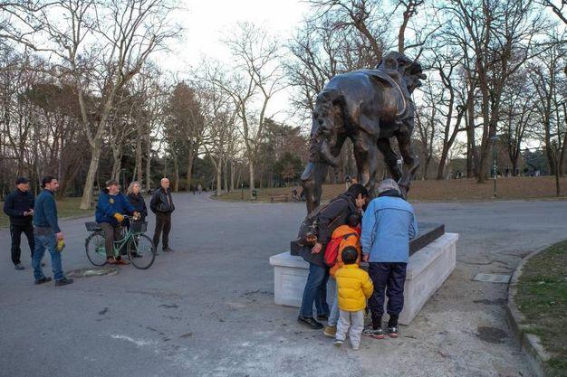 Curiosi attorno alla scultura monumentale ai Giardini (foto Schicchi)