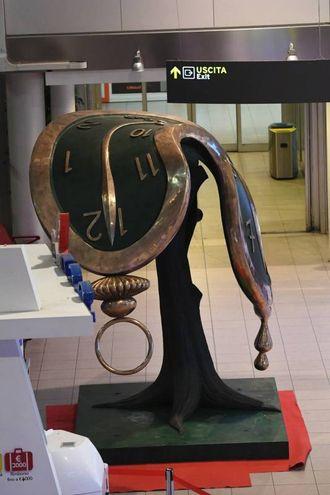 La scultura in aeroporto (foto Schicchi)