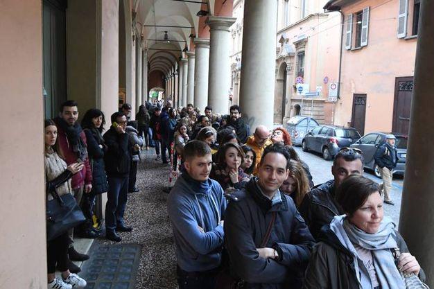 Dalì Experience e 'Regalati Bologna': tutti in fila per entrare a Palazzo Belloni (Foto Schicchi)