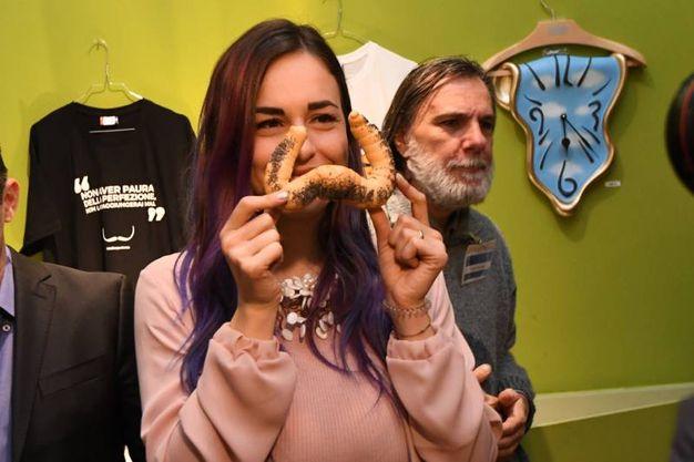 Dalì Experience e 'Regalati Bologna': foto ricordo con il panino a forma di baffi di Salvador Dalí (Foto Schicchi)