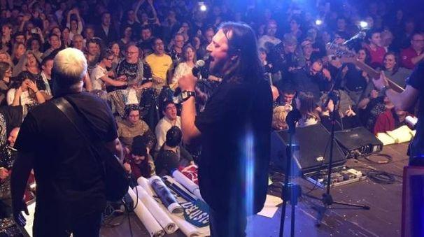 Yuri Cilloni sul palco per il suo primo concerto da frontman con i Nomadi, che si è tenuto venerdì sera a Domodossola