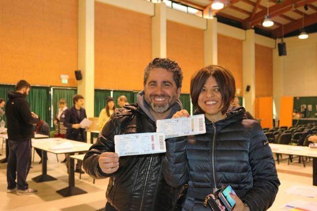 Una coppia con i biglietti