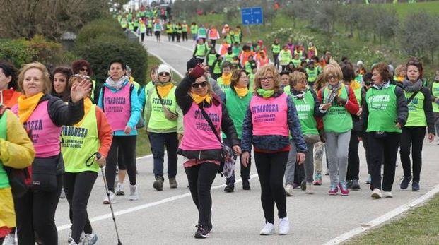 Un momento della camminata delle donne (foto Isolapress)