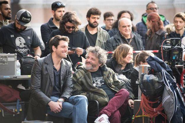 Giampaolo Morelli sul set in piazza Maggiore (Massimo Paolone)