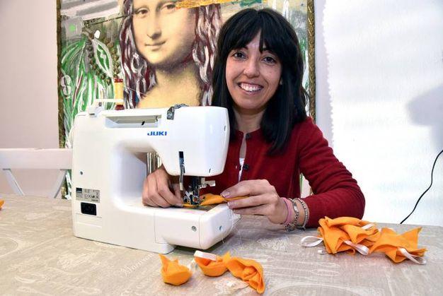 Stefania al lavoro per produrre i suoi 'PortaRomagna'  (foto Fantini)