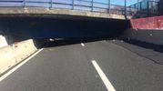 Il ponte crollato sull'autostrada