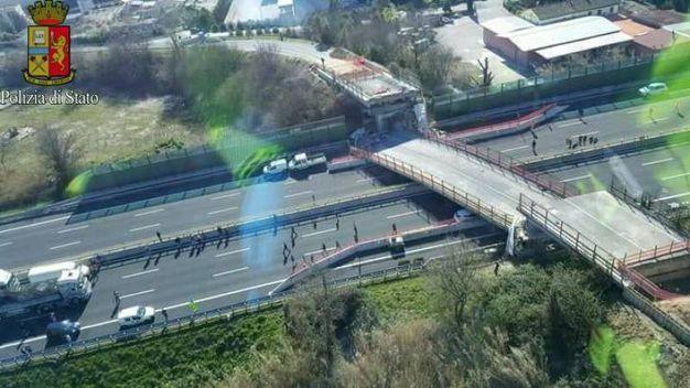 La foto del ponte crollato dall'alto