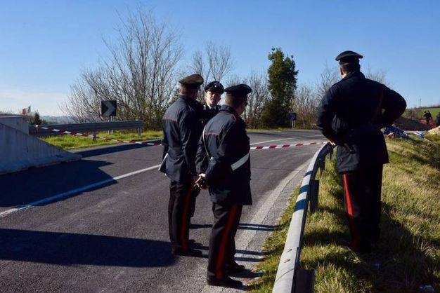 Carabinieri sulla spalla del ponte crollato (foto De Marco)