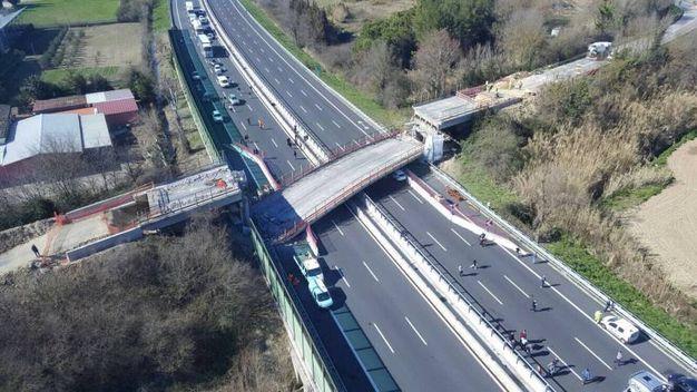 Il ponte era stato sollevato su martinetti durante i lavori per l'allargamento dell'A14