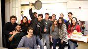 Valerio, padella alla mano, festeggia con gli amici la sua vittoria a Masterchef (Foto Petrangeli)