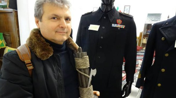 DOCUMENTI Ecco una parte del materiale collezionato da Giovanni Manoni: a sinistra una lettera originale del Duce; quindi divise militari, drappi e oggetti vari di origine fascista