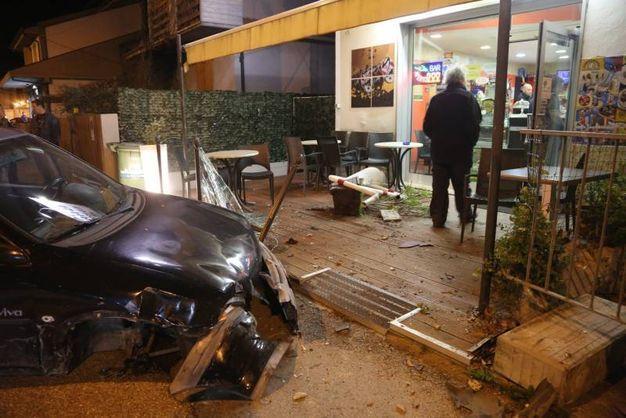 L'auto entrata nel bar (foto Ravaglia)