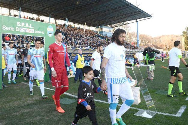 L'entrata in campo delle squadra al 'Paolo Mazza' di Ferrara (foto LaPresse)