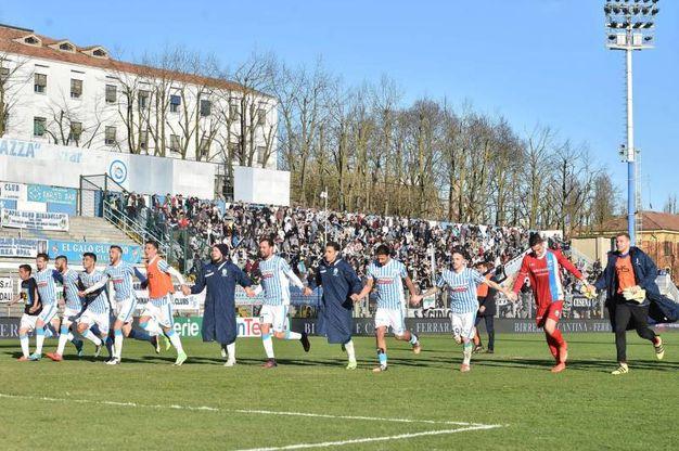 L'esultanza finale dei giocatori della Spal per la vittoria contro il Cesena (foto LaPresse)