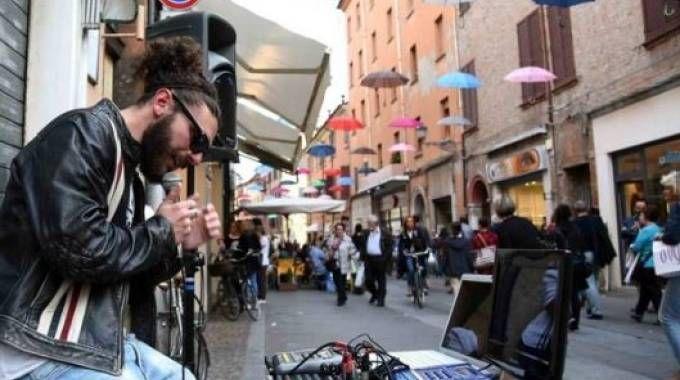 Da due anni gli ombrelli colorati in via Mazzini erano l'immagine più fotografata di Ferrara