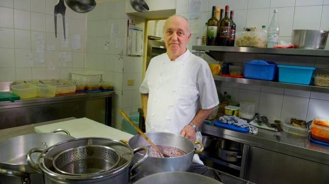 Mario Cattaneo nella cucina della sua osteria