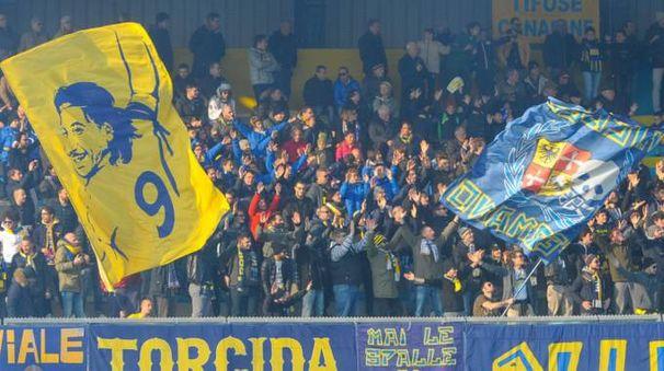 I tifosi della Fermana in curva (foto Zeppilli)