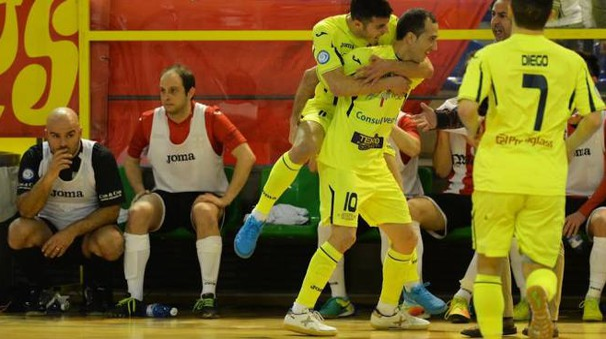 Hector autore di due gol è festeggiato dai suoi compagni