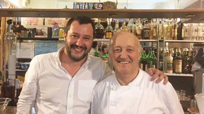 Matteo Salvini con il ristoratore Mario Cattaneo (twitter)