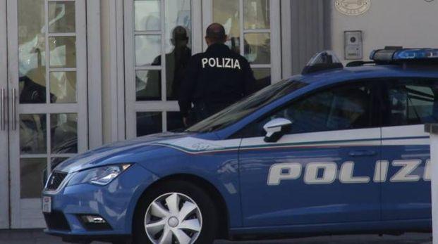 La polizia davanti all'albergo dove è morta la ragazza  (Gianluca Moggi/New Press Photo)