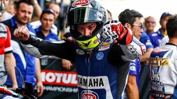Federico Caricasulo esulta dopo il successo in Supersport 600, il primo della carriera