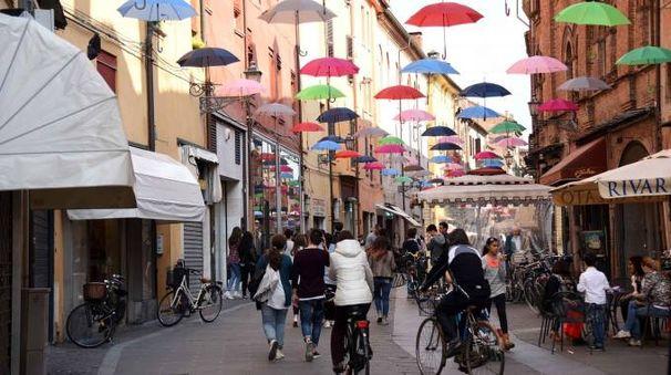 Ferrara, gli ombrelli in via Mazzini (foto Businesspress)