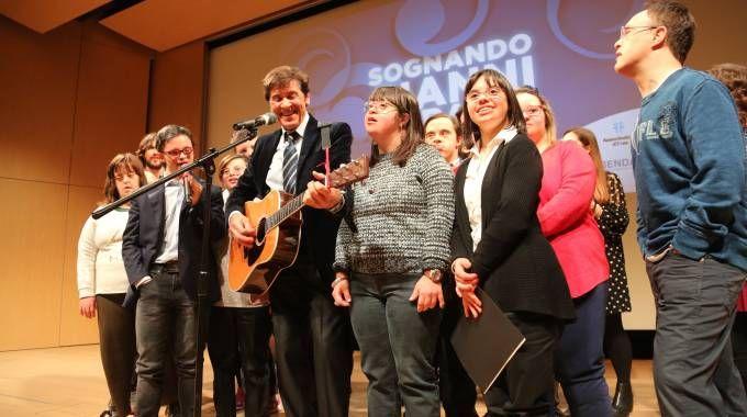 Bologna, Sognando Gianni Morandi: il cantautore si esibisce con i ragazzi (fotoSchicchi)