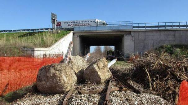 BINARIO MORTO Le traversine già smontate e accatastate ai margini della strada