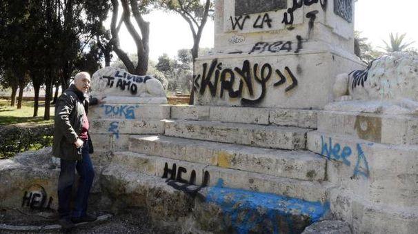 Le condizioni in cui versa il monumento ai Caduti nel parco delle Mura