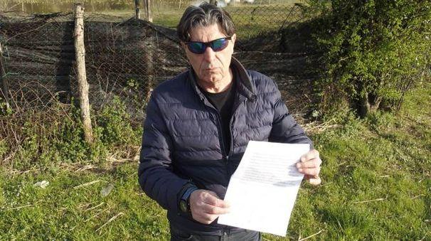 Mario Pugelli mostra le firme in calce all'appello per dire no all'isola ecologica