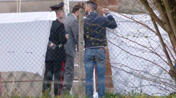 I carabinieri sul luogo della tragedia (Foto Donzelli)