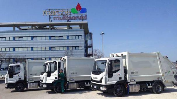 I tre nuovi mezzi di fronte la sede di Marche Multiservizi