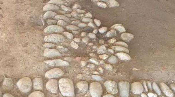 Uno dei frammenti laterizi emersi duranti i lavori di scavo